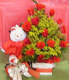 Baú pequeno com mini pelúcia mais flores.