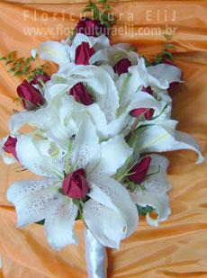 Bouquet cacho de uva de lírios com rosas.