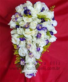 Bouquet cacho de uva. Rosas com mini-rosas