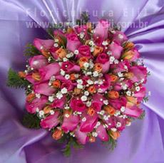 Bouquet de noiva redondo com rosas e mini rosas.