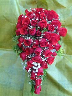 Bouquet de rosas vermelhas estilo cacho de uva.